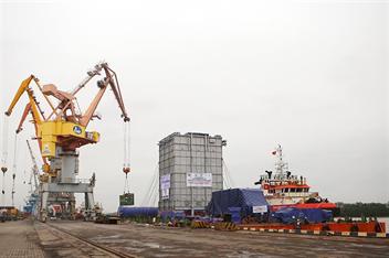 Cảng Hải Phòng tổ chức xếp dỡ thành công lô thiết bị siêu trường siêu trọng