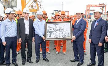 Phó Thủ tướng Chính phủ Vương Đình Huệ thăm và làm việc tại Cảng Hải Phòng