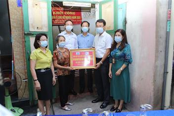 Trao tặng 100 triệu đồng hỗ trợ xây nhà cho hộ nghèo trên địa bàn phường Lê Lợi