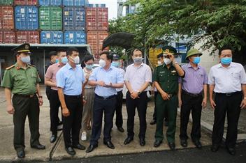 Phó Chủ tịch UBND thành phố Nguyễn Đức Thọ kiểm tra công tác phòng, chống dịch bệnh Covid-19 tại Cảng Tân Vũ (Cảng Hải Phòng)