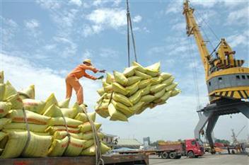 Đối với xếp dỡ hàng container, cảng có phụ phí xếp dỡ đối với container nguy hiểm, quá khổ ko?